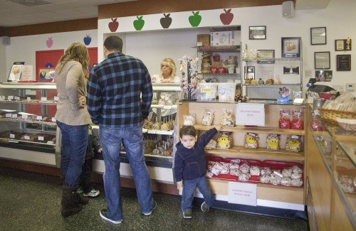 Claremont residents Eva and Abe Miakhael enjoy treats with their sons, 4-year-old Joseph and 2-year-old Timothy. Sinfully Sweet Apple Company is located in the shopping center on the southwest corner of Foothill Blvd. and D St. in La Verne. / photo by Allison Lavelle